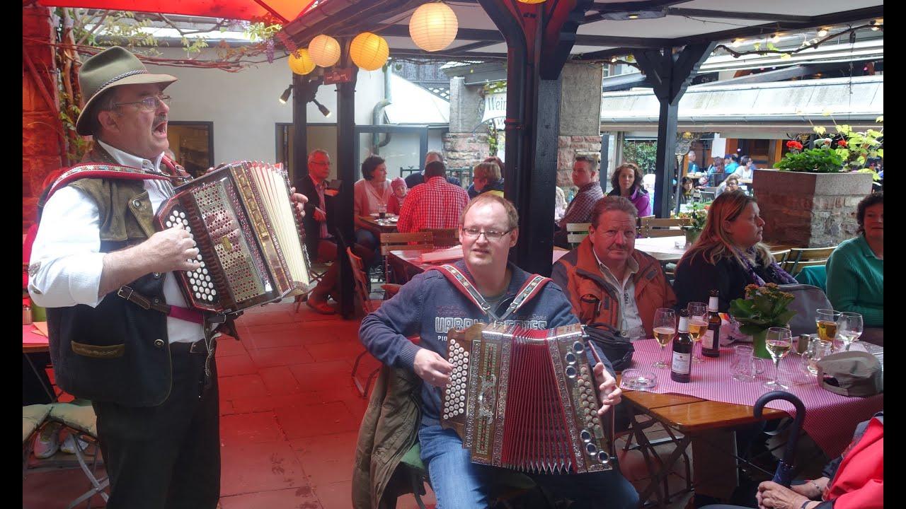 Steirische Harmonika-Musik in der Drosselgasse in Rüdesheim (Rhein ...
