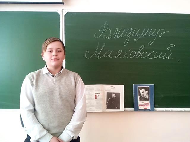Изображение предпросмотра прочтения – ЕвгенийСкрыльников читает произведение «Послушайте! (Послушайте! Ведь, если звезды зажигают…)» В.В.Маяковского