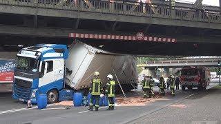 LKW unter Brücke festgefahren - komplizierte Bergung in Köln-Neuehrenfeld am 13.10.17 + O-Ton
