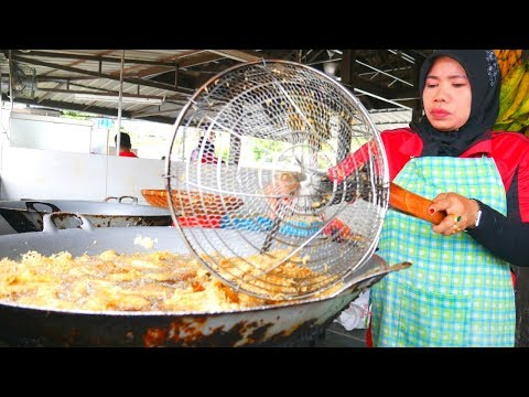 INSANE Malaysia STREET FOOD tour in JOHOR- 100 YEAR OLD bakery and UNREAL banana fritters