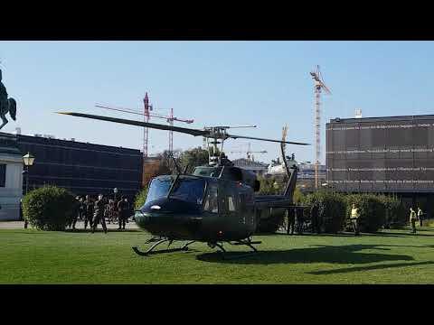 2 Bundesheer Hubschrauber landen am Heldenplatz