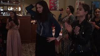 Цыгане красиво танцуют на празднике