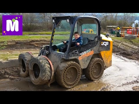 Макс в 6 лет водит экскаватор / Летаем в ковше в Diggerland Англия