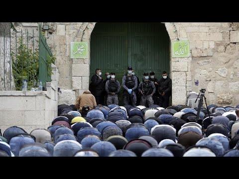 شاهد: مقدسيون يقيمون صلاة عيد الفطر خارج أسوار المسجد الأقصى …  - 12:59-2020 / 5 / 24