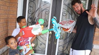 Water Blaster Prank on Pizza Delivery Guy | Kids Pretend Play | FamousTubeKIDS