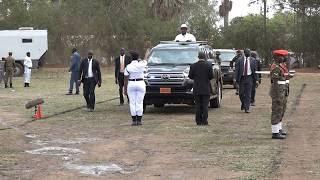 How Traffic officer stops President Musevens car INTERESTING