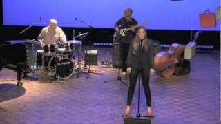Evelien van den Bergh zingt
