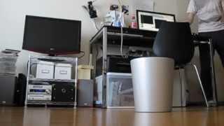 投げたゴミを自分でキャッチする「動くゴミ箱」の開発に成功
