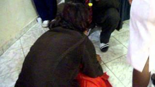 mulher vomita varias lesmas obra de bruxaria