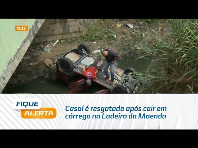 Casal é resgatado após cair em córrego na Ladeira da Moenda