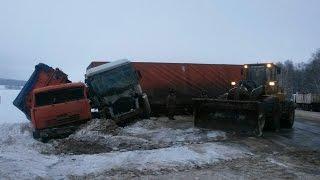 На трассе Уфа-Оренбург фура столкнулась с КамАЗом