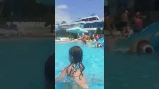 Эвелина танцует в аквапарке