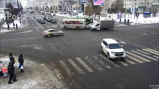 столкновение пассажирских автобусов:девочка вылетела через стекло и чудом спаслась