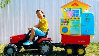 Маленький Егорка катается на Тракторе и собирает игрушки