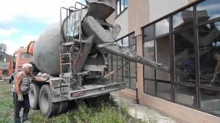 Заливка пола бетоном (через окно)(Бетон заливали прямо из миксера, подавая его через окно. Чтобы не забрызгать стены, обшили их старыми кускам..., 2015-11-22T19:20:19.000Z)