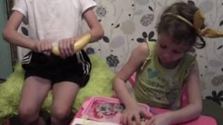 дети готовят фруктовый салат