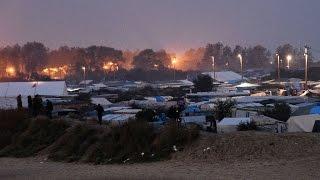 المهاجرون يبدأون بمغادرة مخيم كاليه في شمال فرنسا