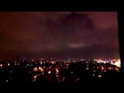 Вид ночного города из окна.