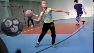 Играем на физре в футбол