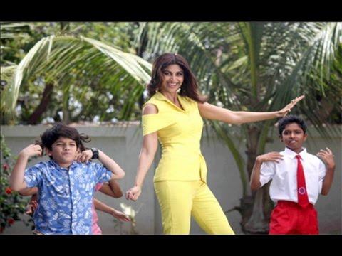 Shilpa Shetty Kundra dancing with Children (www.youtube.com)
