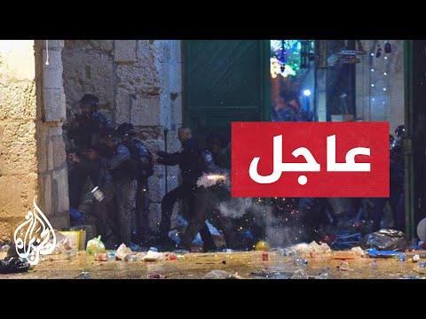 شاهد- فتح أبواب المسجد القبلي وإخراج المصلين منه