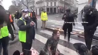 NON DIFFUSÉ À LA TV 🇨🇵CETTE MANIFESTANT PLEURE À GENOU DEVANT LES CRS !