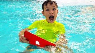 Max encuentra su iPad en la piscina