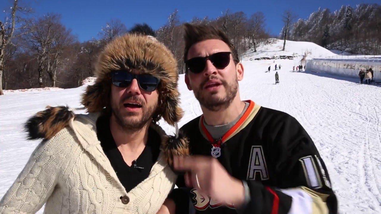 Binlerce takipçisi olan YouTube'un eğlenceli yüzü Manuel ve Danilo ikilisi, şimdi de Bridgestone için kamera karşısına geçti. Mevsime uygun lastik kullanımı, lastik basıncı ve diş derinliği, emniyetli sürüş ipuçları gibi konular hakkında sohbet eden Manilo, direksiyon başında hem eğlendiriyor hem de faydalı bilgiler veriyor.   Kış lastiğinden yaz lastiğine geçiş zamanının geldiği bu dönemde, birlikte bir kayak tatiline giden ikilinin şehre geri dönüşünün yol hikayesini izliyoruz. Bridgestone kış lastiklerini değiştirerek yaz lastiğini takan ikili, keyifli yolculuklarına devam ediyor.