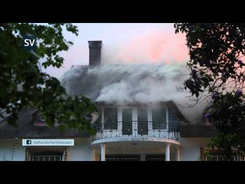 Grote brand verwoest gemeentelijk monument rietgedekte woning in Hattem - ©StefanVerkerk.nl