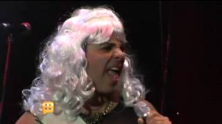 Cristian Castro sale al escenario vestido de mujer