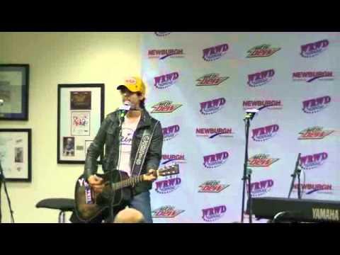 Chris Janson performing