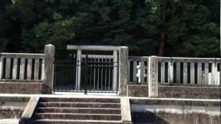 교토의 야마시나(山科)에 있는 덴치 덴노( 天智天皇)의 고분입니다. 팔...