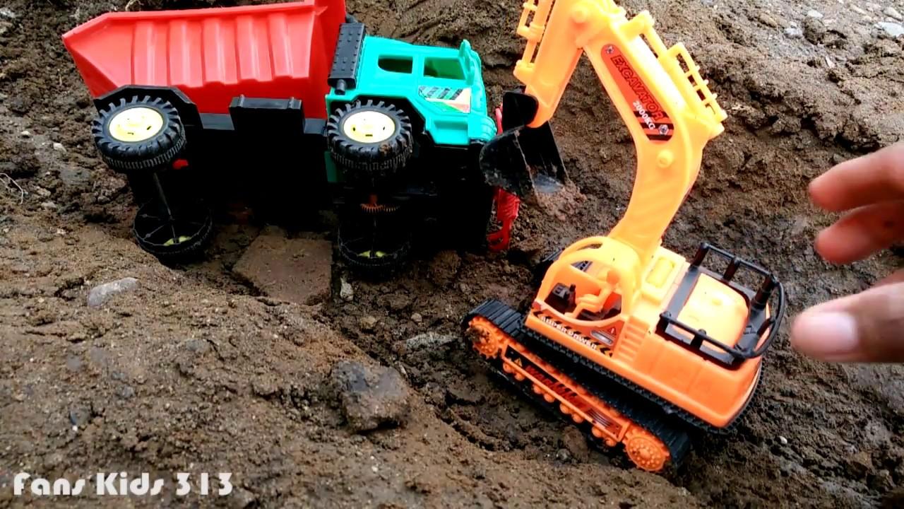 Mainan Truk Jomplangan Excavator Sedang Mengambil Tanah Di Sungai