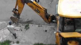 видео Демонтаж плит перекрытия мини-экскаватором