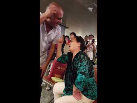 Funniest Lebanese passengers with a chineese woman singing (Al Laylo ya Layla)& dancing (dal3oona)