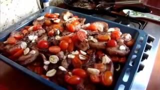 Кухня. Свинина, запеченная с помидорами черри.