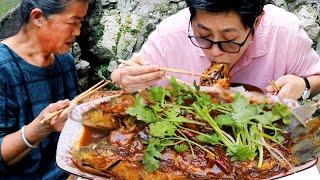 九九鲫鱼做红烧,没有一点腥味,和老妈一人一条,夹起就吃真过瘾!【湘西九九美食】