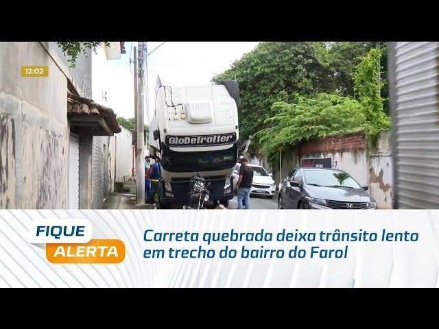 Carreta quebrada deixa trânsito lento em trecho do bairro do Farol