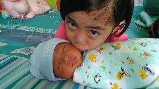 Senangnya Bisa Membantu dan Diajarin Bunda Memandikan Adik Bayi Raffa