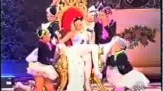 "Gwen Stefani - ""What You Waiting For?"" (American Music Awards) (11/14/2004)"