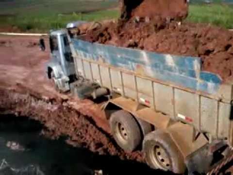 Carregando com a Escavadeira Sany sy215c, Operador Elias Braga