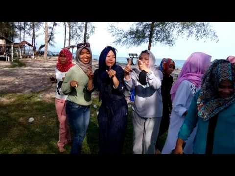 keluarga besar radio Xtra FM 104.8 Aceh singkil Bergoyang dipantai gosong
