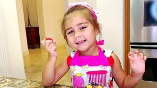 Mia faz o café da manhã como a sua mãe para a Nastya e o Artem