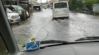 15時過ぎから雨が降り続いて、道路が冠水しています。