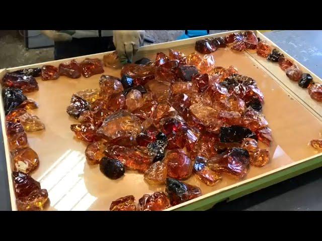 Светящийся стол из кристаллов и эпоксидной смолы