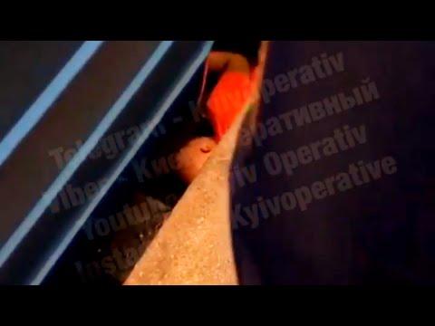 Человек упал под поезд на рельсы станция метро Университет Киев