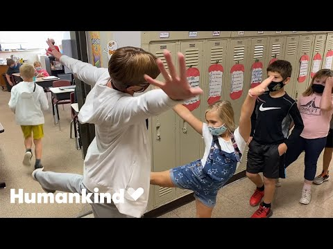 Teacher welcomes students to class in awesome way | Humankind