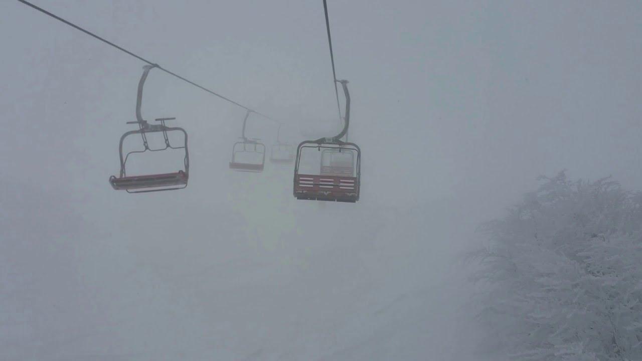 Suggestiva seggiovia tra la nebbia dell'abetone
