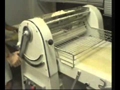 Как работает тестораскаточная машина