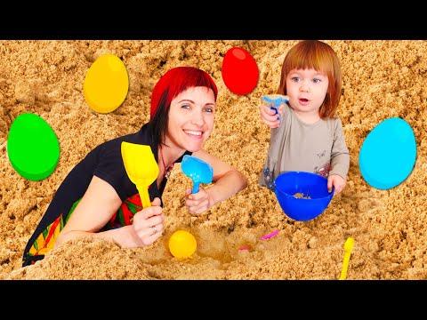 Бьянка и СЮРПРИЗЫ в песочнице. Маша Капуки прячет игрушки в песке